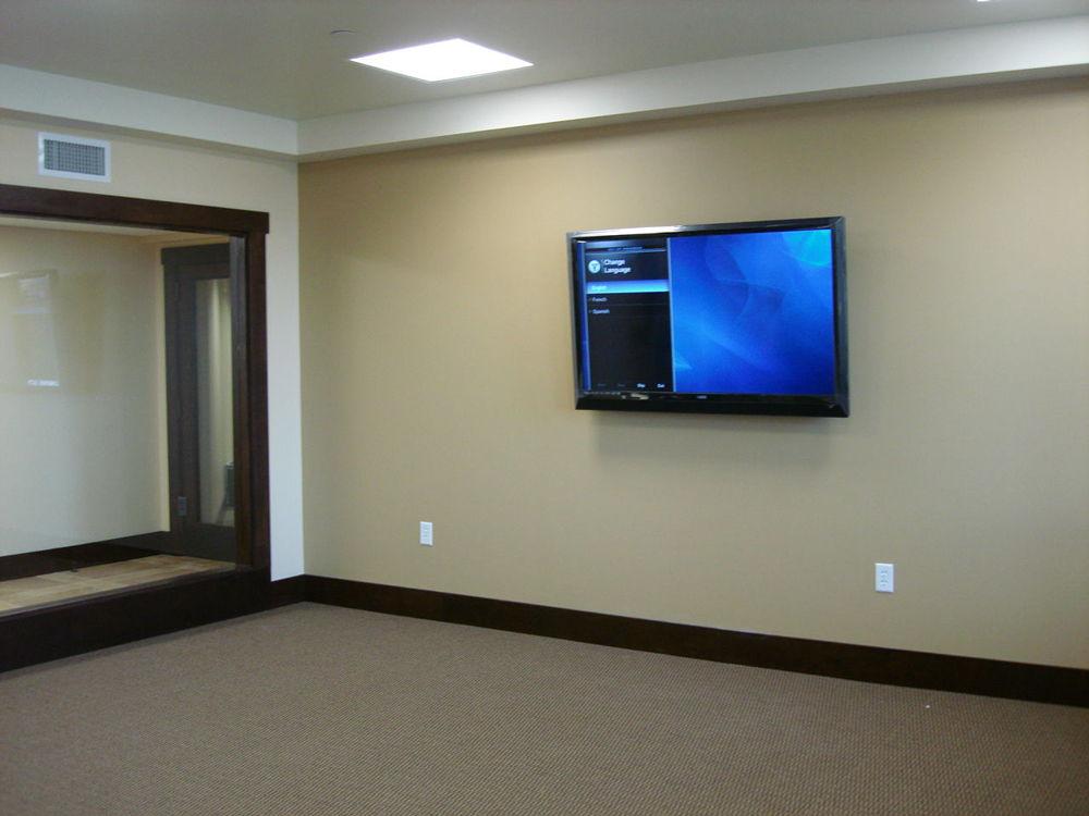 Телевизор на стене в пустой комнате
