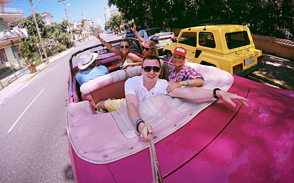 Люди на розовой машине