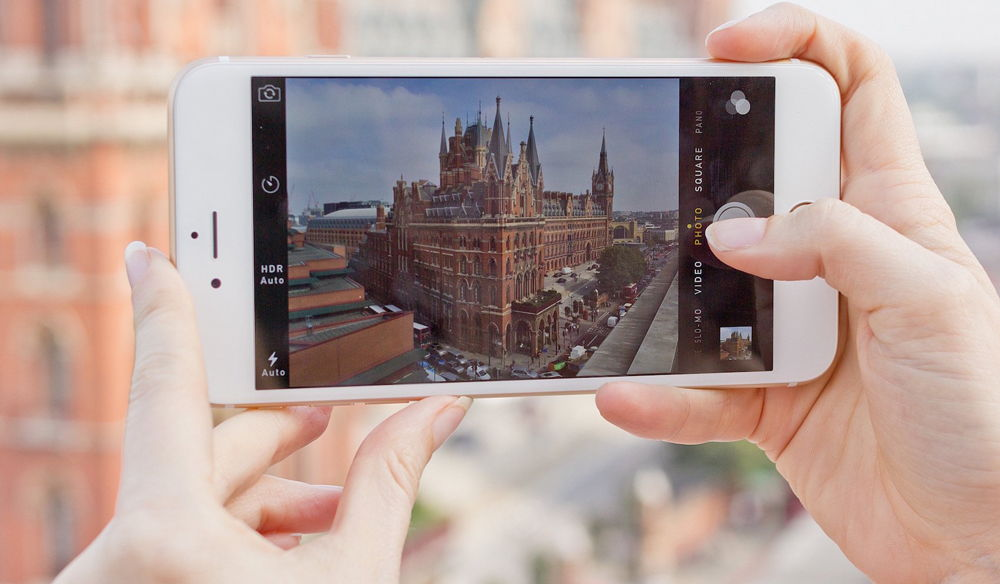 Человек снимает замок на iPhone