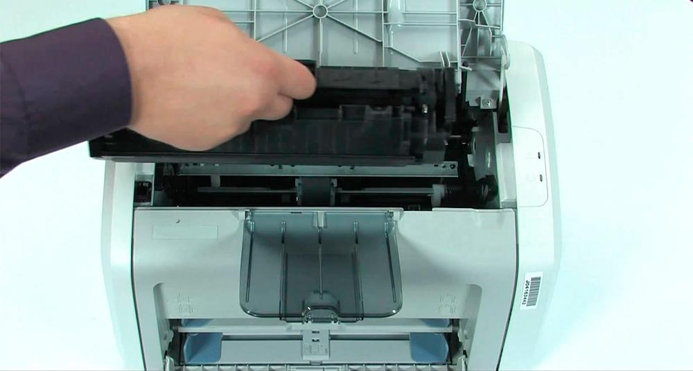 Извлечение картриджа HP LaserJet P1102