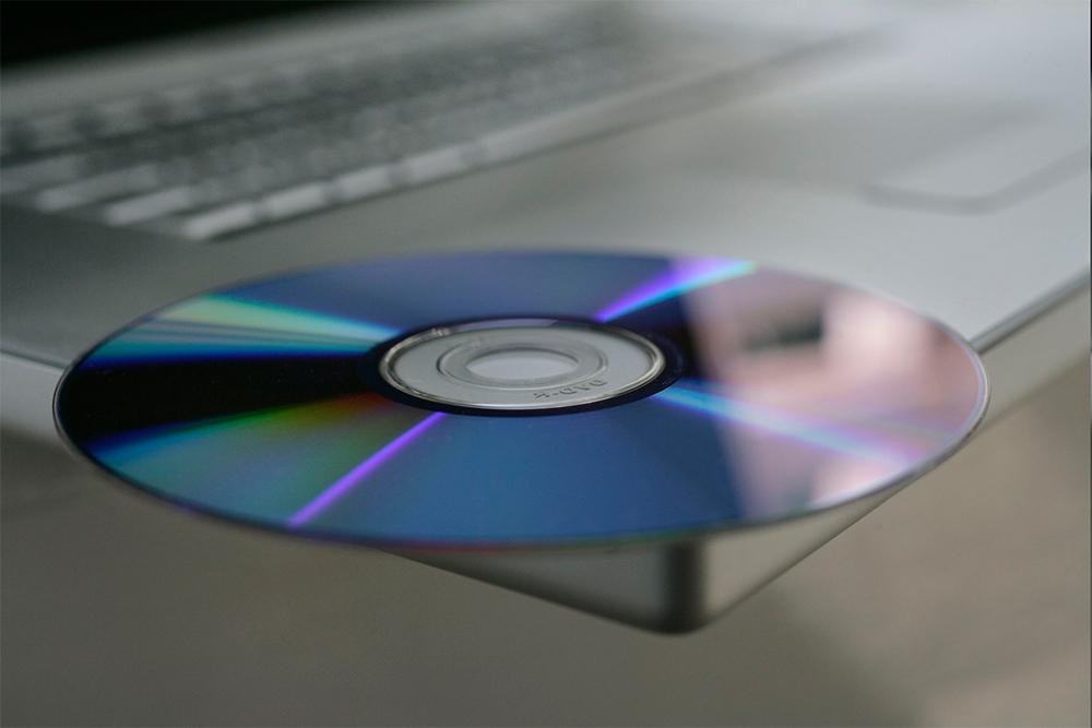 CD-диск и MacBook