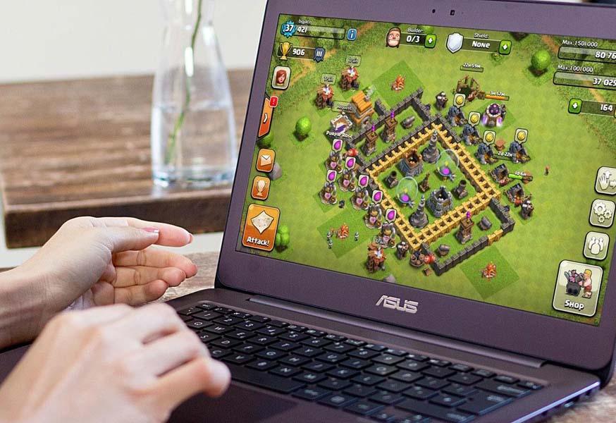 Игра на экране ноутбука