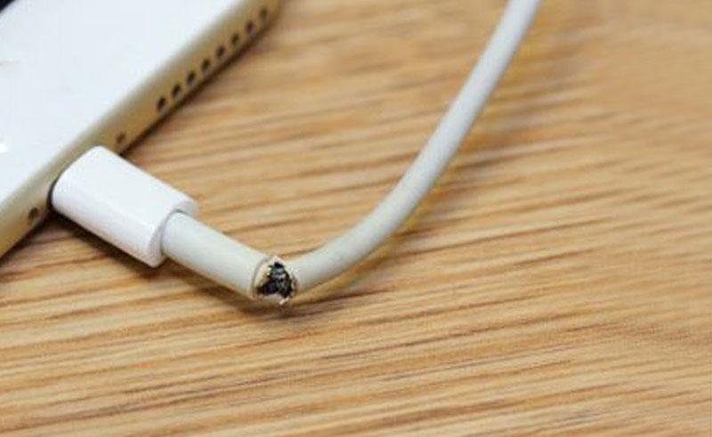 Повреждение зарядного устройства смартфона