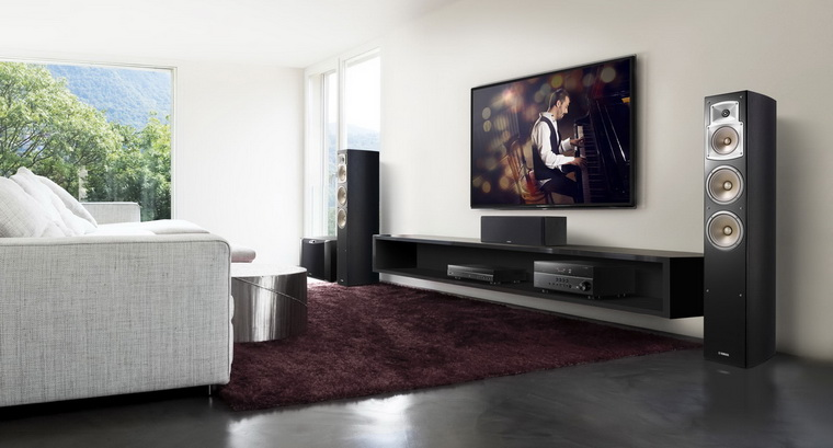 Подключенный к телевизору домашний кинотеатр