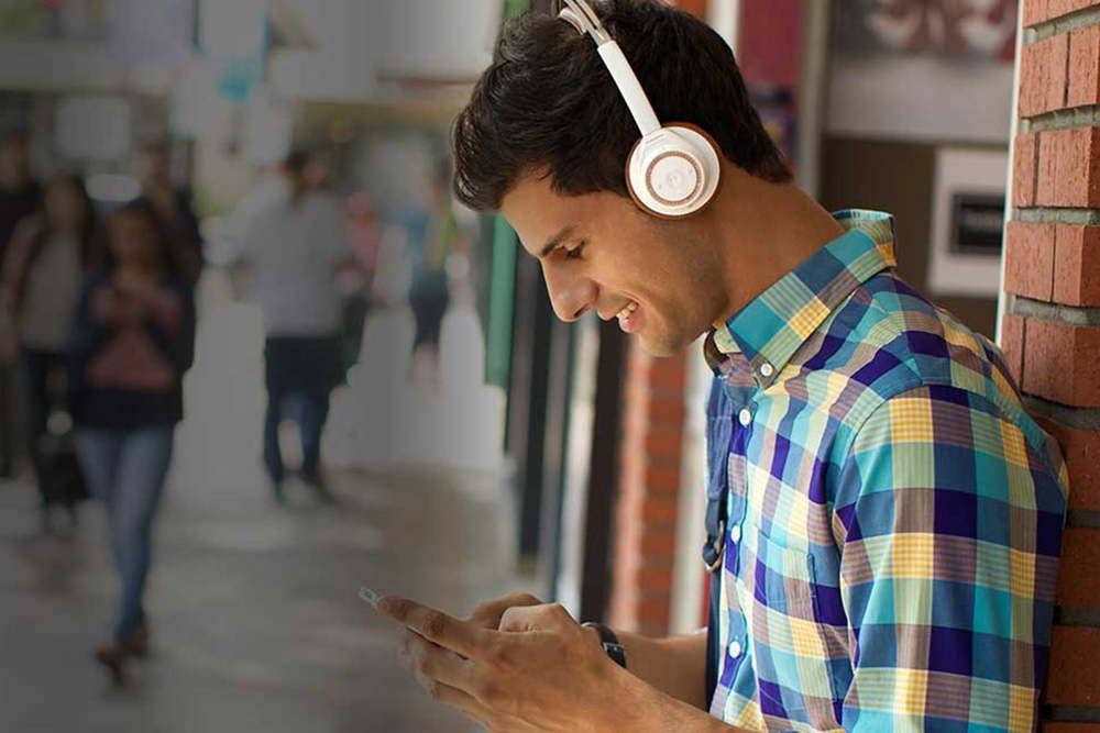 Слушать музыку с телефона