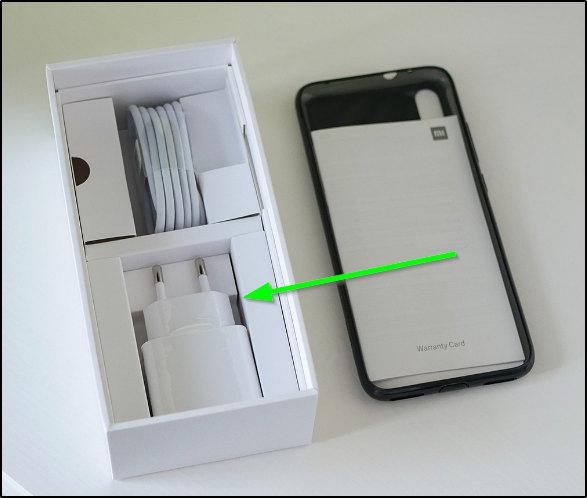 Зарядное устройство, поставленное вместе со смартфоном