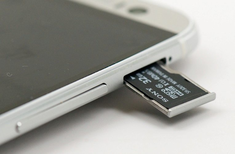 Установка карты памяти в смартфон