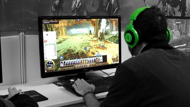 Геймер использует мощности видеокарты для игры
