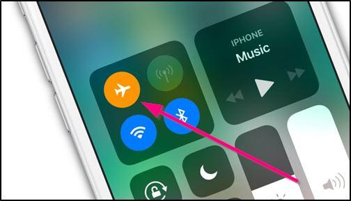 Включённый режим полёта в iPhone
