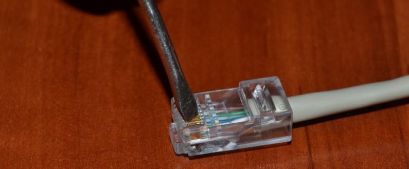 Использование отвёртки для обжима кабеля