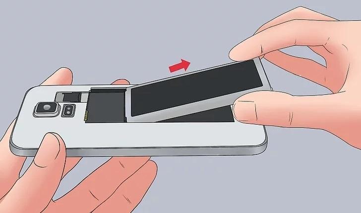 Извлечение съёмного аккумулятора из телефона