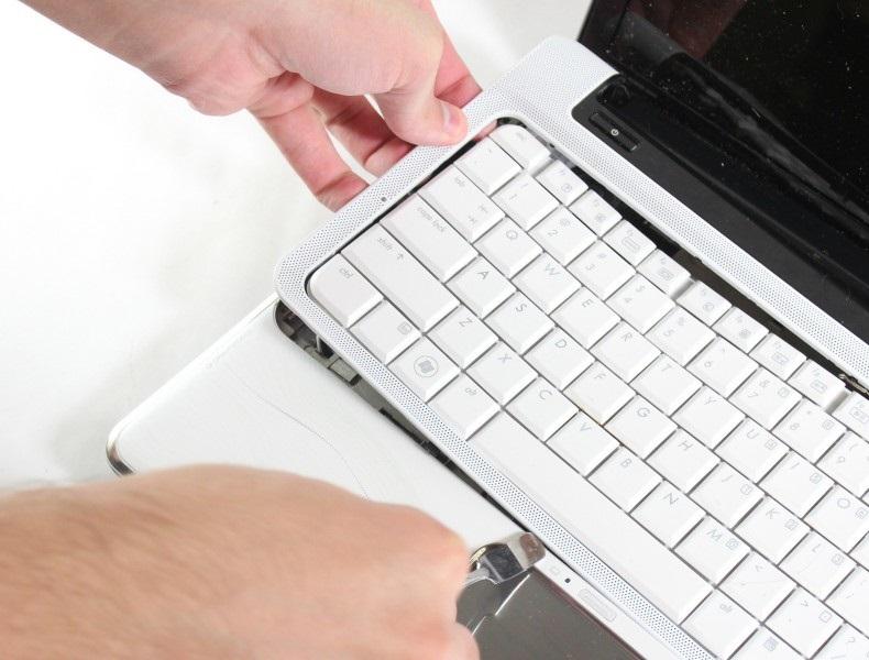 Изъятие клавиатуры из ноутбука