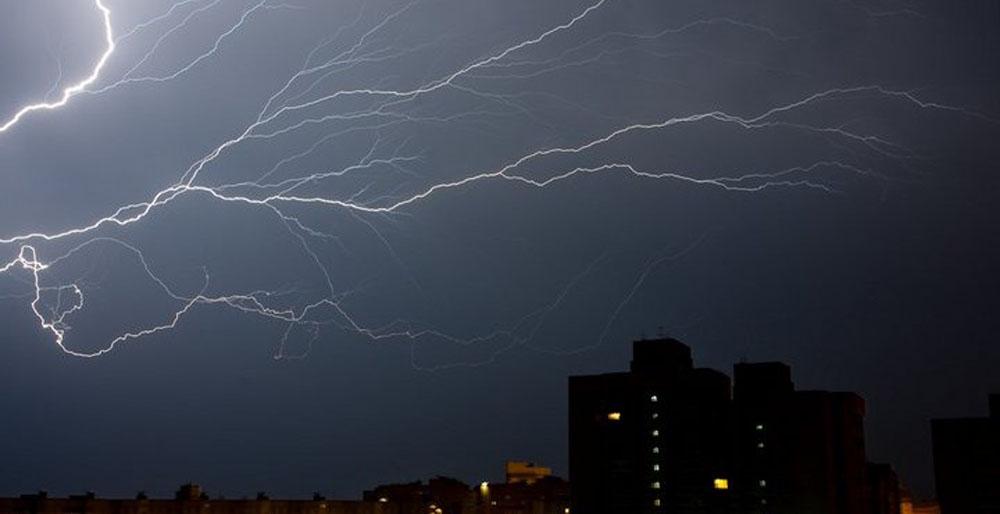 Гроза в городе и опасность для электрооборудования