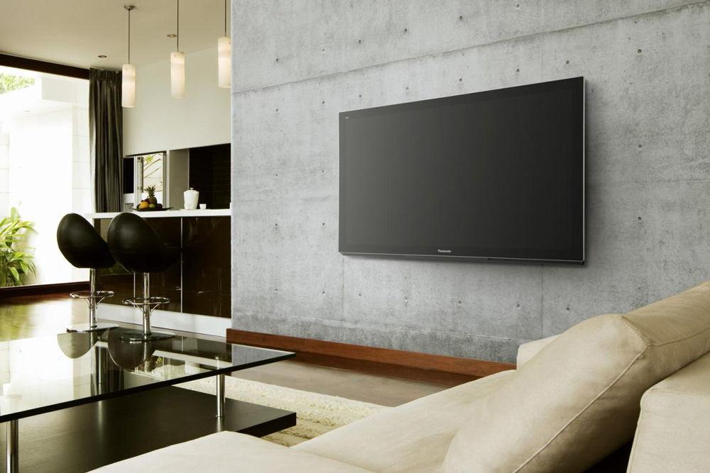 Большой телевизор на стене