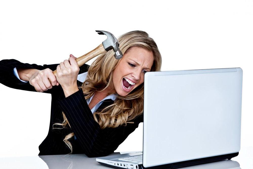 Девушка бьет ноутбук молотком