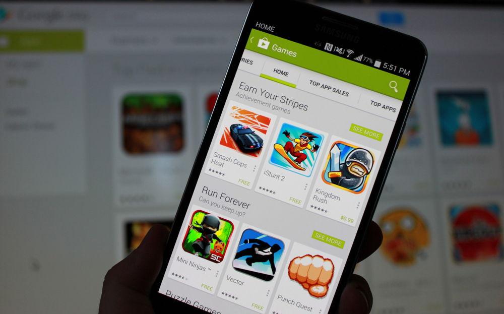 Смартфон в руке с Google Play