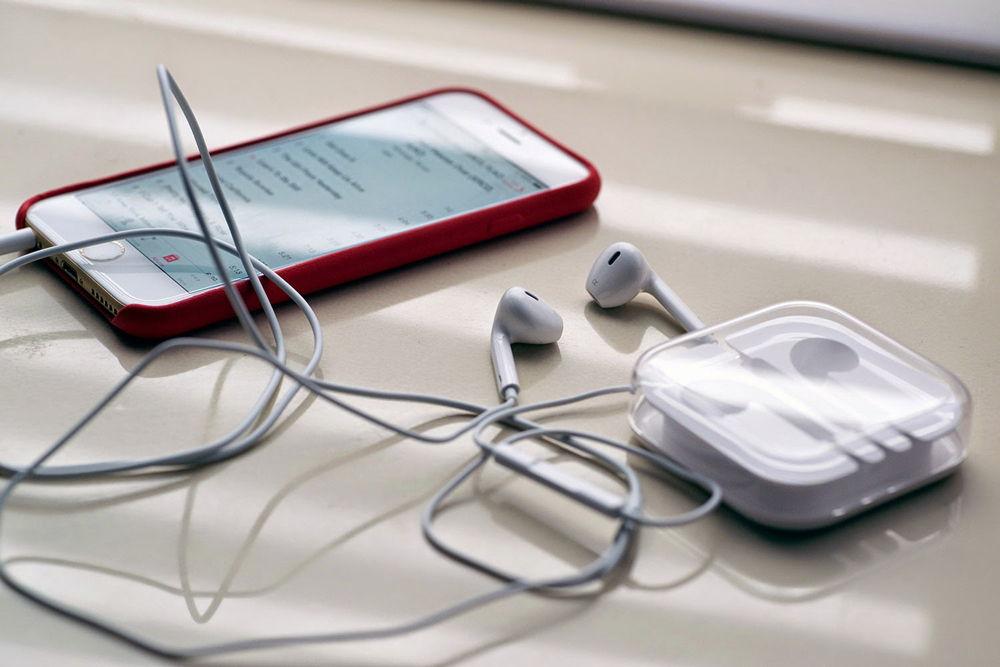 Белый iPhone с наушниками EarPods