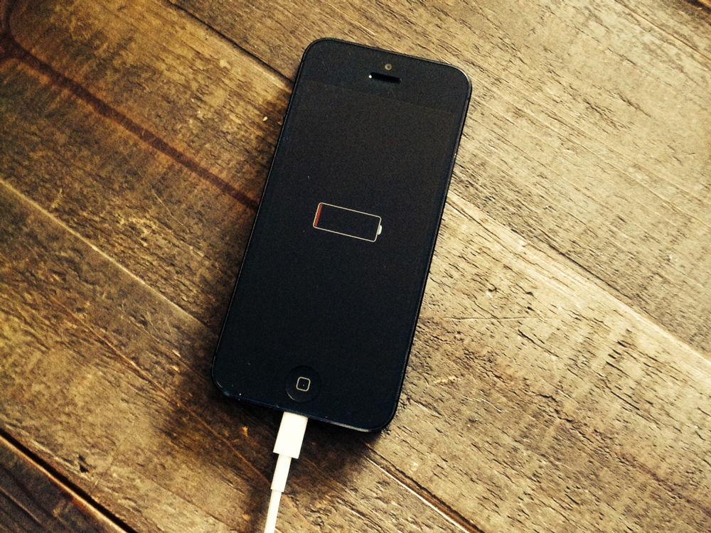 iPhone заряжается на столе