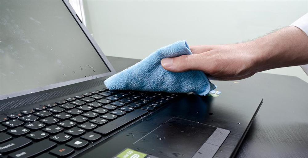 Протираем клавиатуру ноутбука