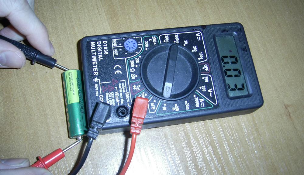 Проверка мультиметром пальчикового аккумулятора