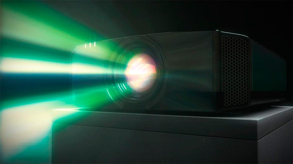 Проектор светит на экран