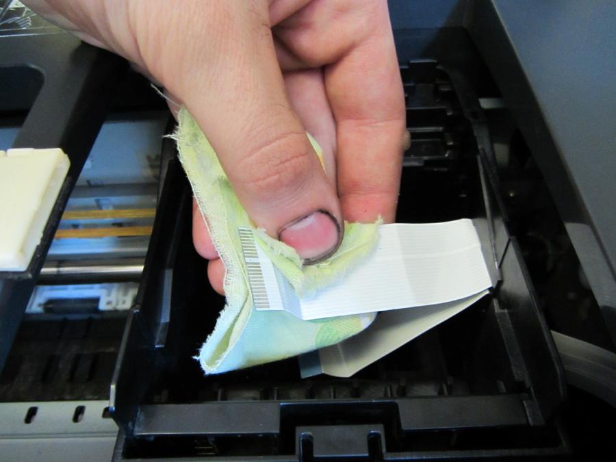 Удаление остатков жидкости с корпуса принтера